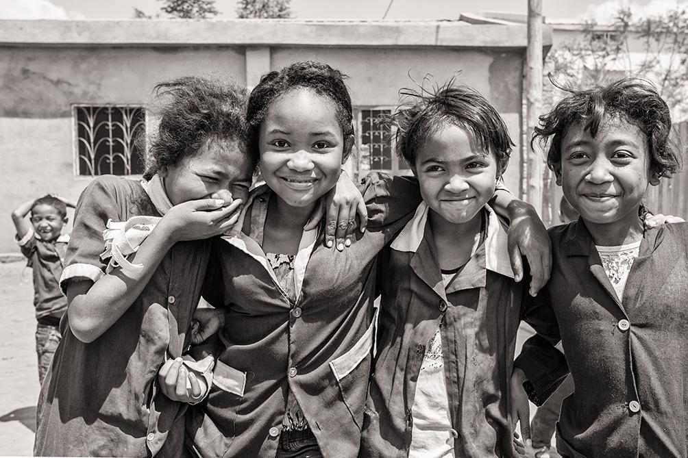 4 élèves, très souriantes