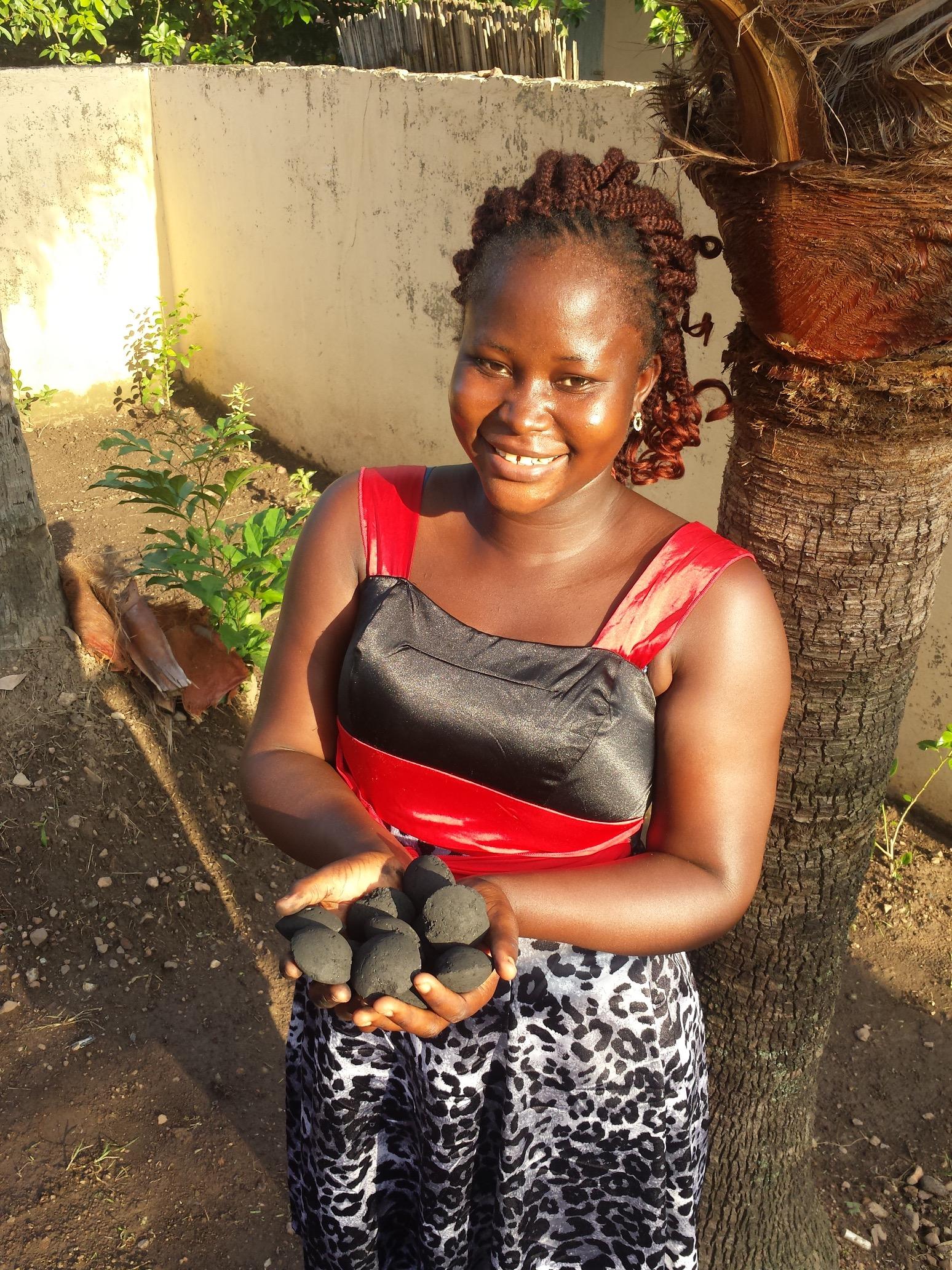 Une femme tenant du bio-charbon