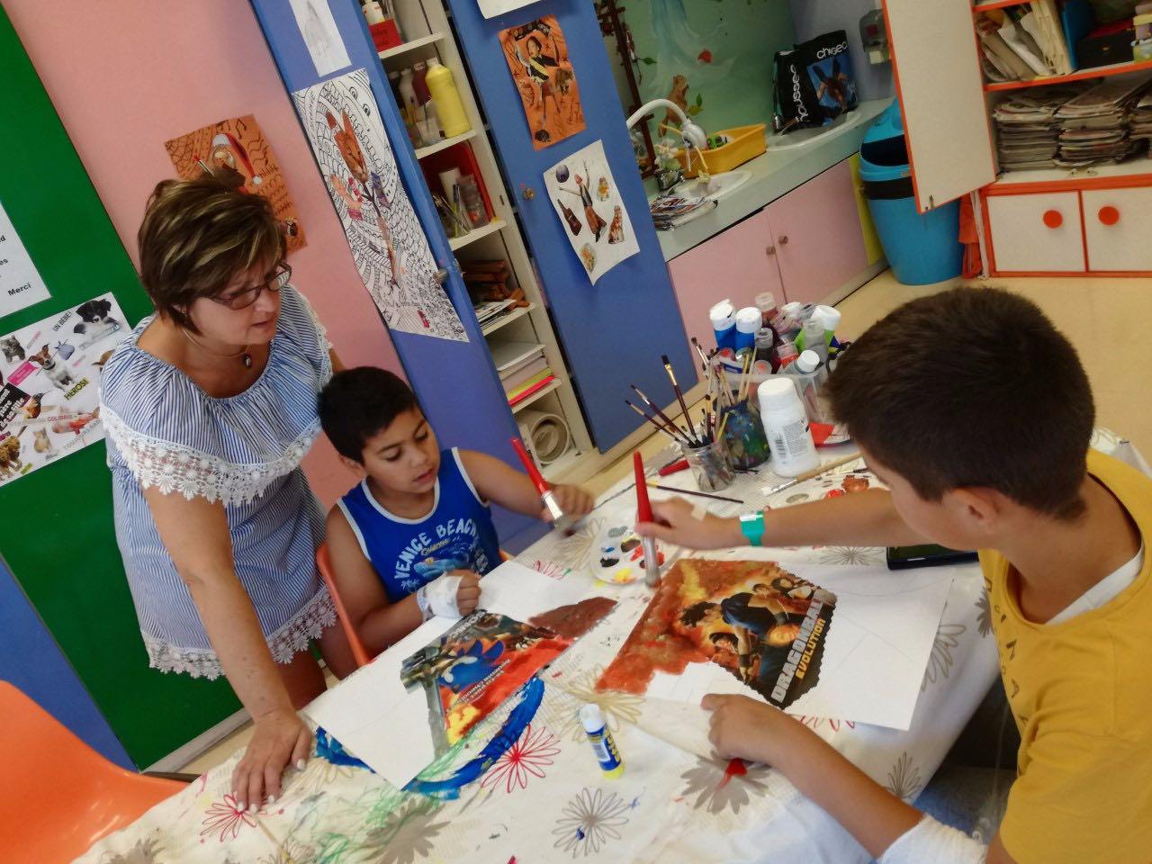 Céline encadre l'atelier, ci-dessous avec deux enfants